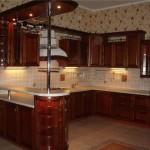 Кухня с барной стойкой в темных тонах