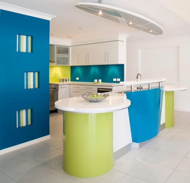Сочетание зеленого и синего в кухонном интерьере