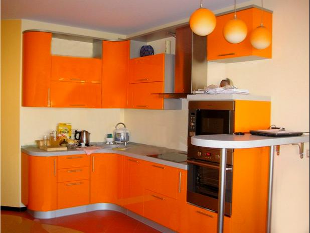 Интерьер кухни с оранжевыми