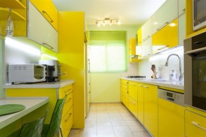 Кухня с желтым дизайном