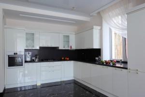 Черно-белая угловая кухня