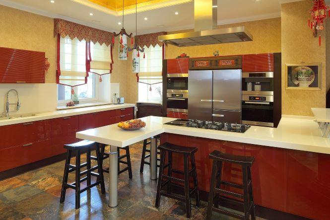 Кухня в красных тонах дополненная шторами