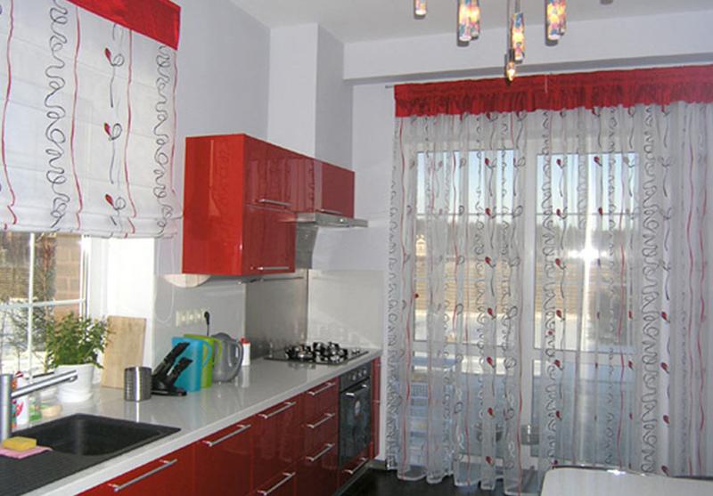Дизайн штор для красной кухни