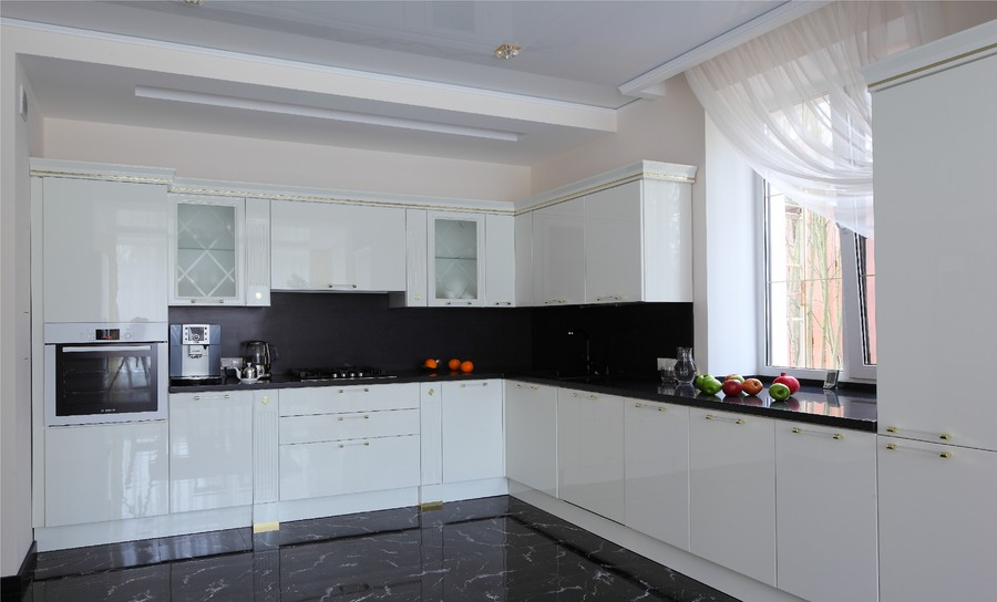 Кухня белая глянец черная столешница материал столешница кухня