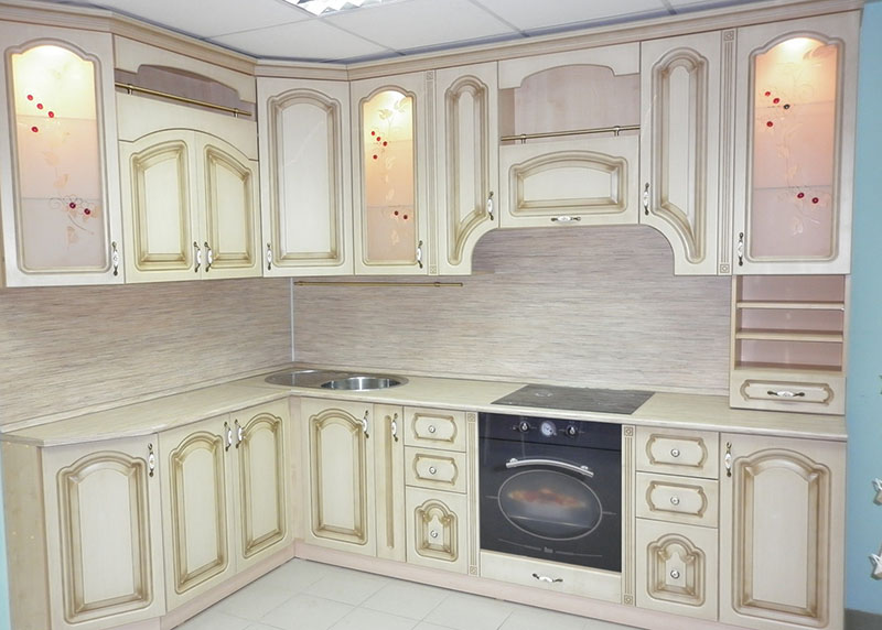 белая кухня с золотой патиной фото