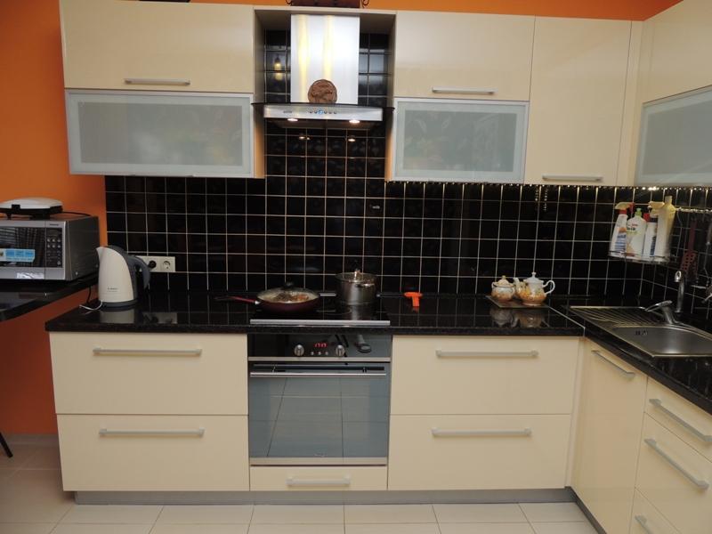 Черная плитка на кухне