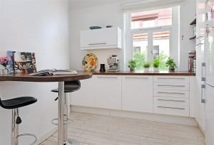 Стол пристенный на кухню