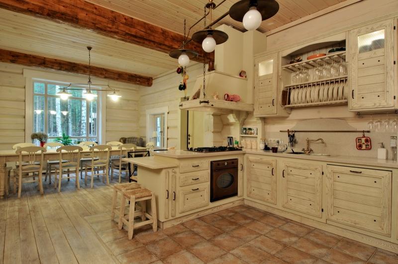 особенности дизайна кухни в деревянном доме