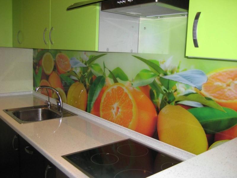 стеновые панели с фотопечатью на салатовой кухне