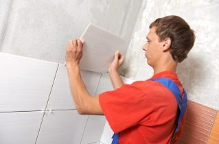 Описание такого процесса, как приклеить плитку на стену в кухне