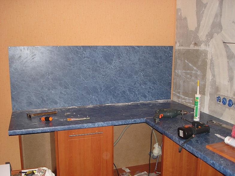 Установка стеновых панелей в кухне