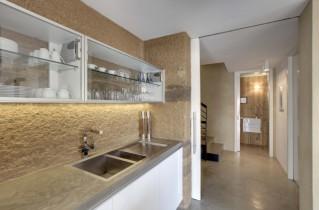 Декоративная штукатурка кухонного пространства и поиск штукатуров в Москве