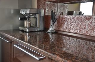 Кухонная столешница создает особое настроение в помещении