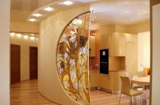 Витражная дверь на кухне – настоящее украшение