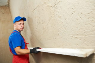 Для чего оштукатуривают стены?